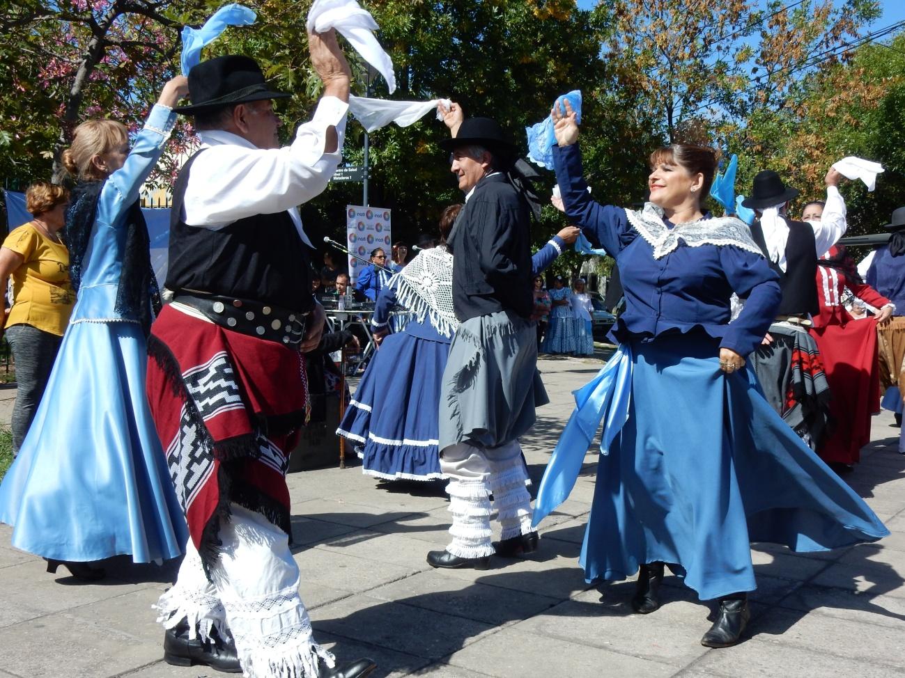 Grupo de danzas de la peña La Señalejeña, dirigido por Mary Cayo, en los festejos de Mataderos.JPG