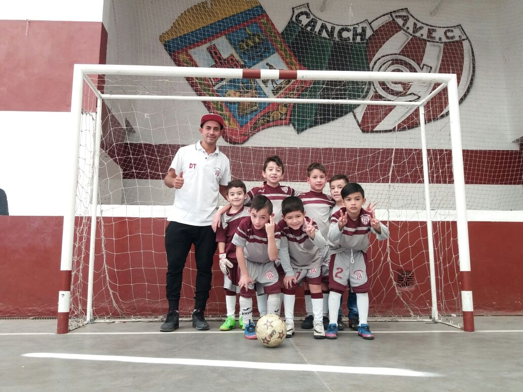 Sebastián Echeverría y el equipo de baby futbol del Club Cárdenas.JPG